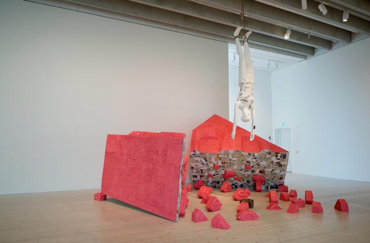 'Pink superman', 2018, ett konstverk av Emil Carlsiö