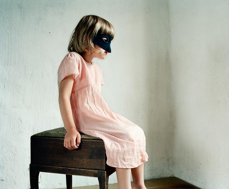 'Girl with Eye Mask', ett konstverk av Nygårds Karin Bengtsson