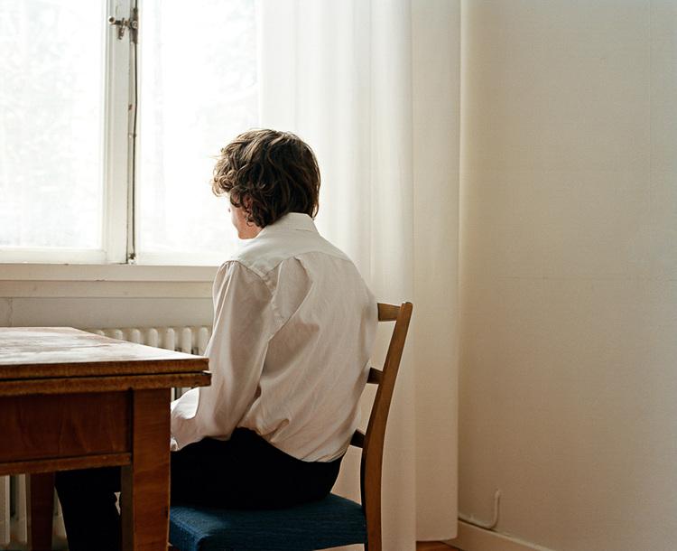 'Sitting in White Room', ett konstverk av Nygårds Karin Bengtsson