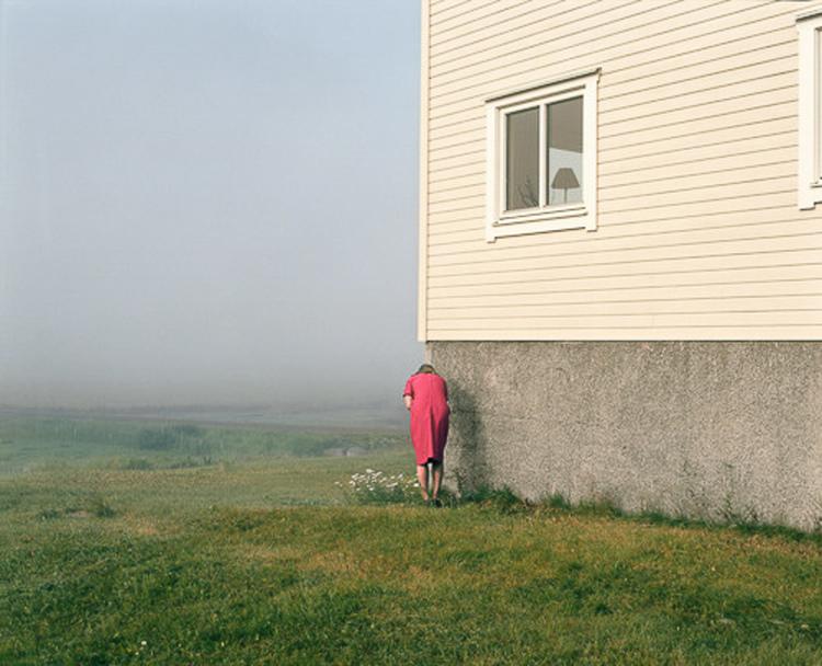 'Woman by White House', ett konstverk av Nygårds Karin Bengtsson