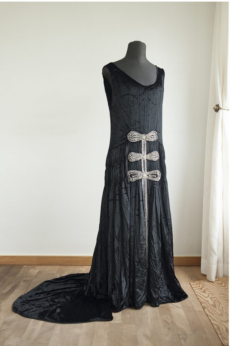 'An evening dress decorated with pearls and sequins', ett konstverk av  Jeanne Lanvin