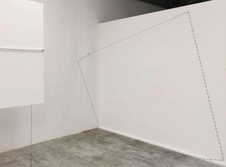 'Branco pálido (Pale white)', 2019, ett konstverk av Carlos Mensil