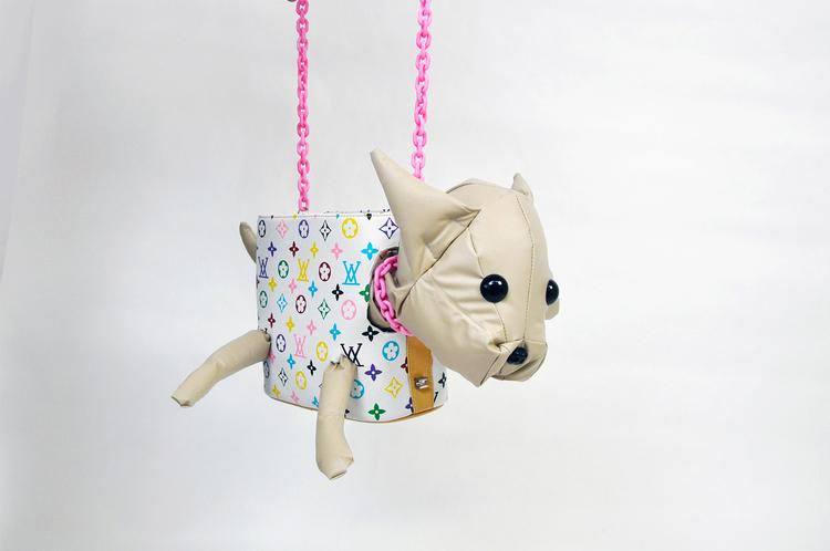 'Chihuahua in handbag', 2018, ett konstverk av Estrid Åkermark