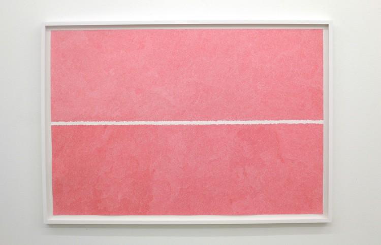 'Between two lines(röd)', 2018, ett konstverk av Katarina Klingspor Ekelund