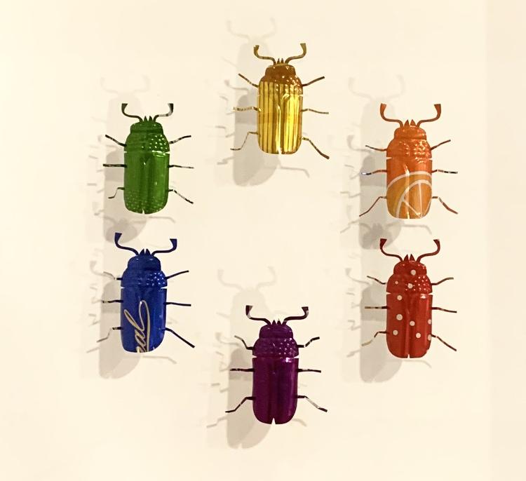 '4. Bärsbaggar regnbågsfärgade', 2019, ett konstverk av Elisabet Berg