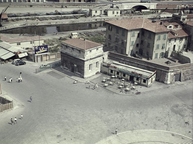 'Livorno, hamnkvarter', 1959, ett konstverk av Staffan Wettre