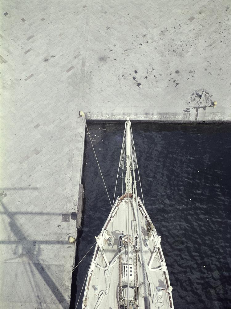 'Riggen skuggar kajen i Livorno', 1959, ett konstverk av Staffan Wettre