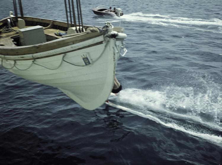 'Vattenskidor, livbåt redo', 1959, ett konstverk av Staffan Wettre