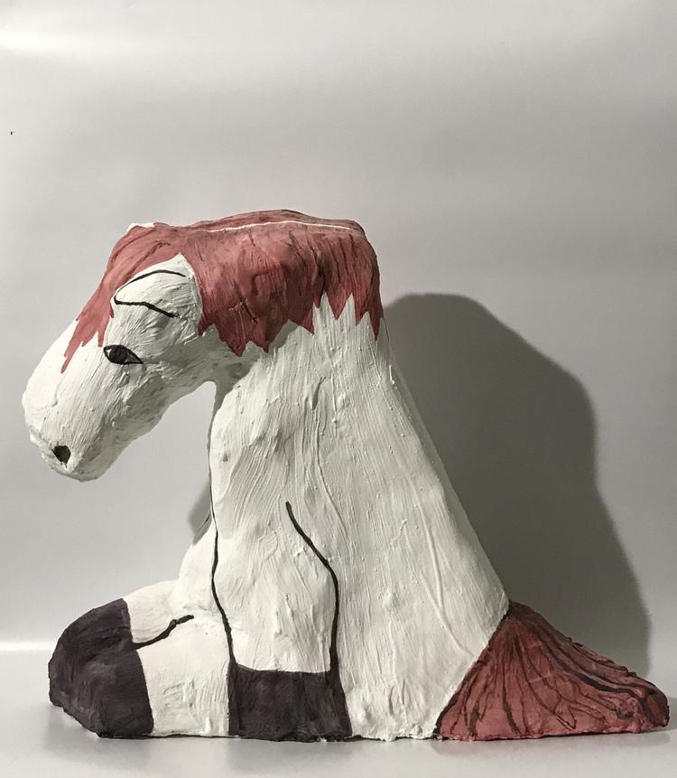 'Sitting horse', 2019, ett konstverk av Klara Ström