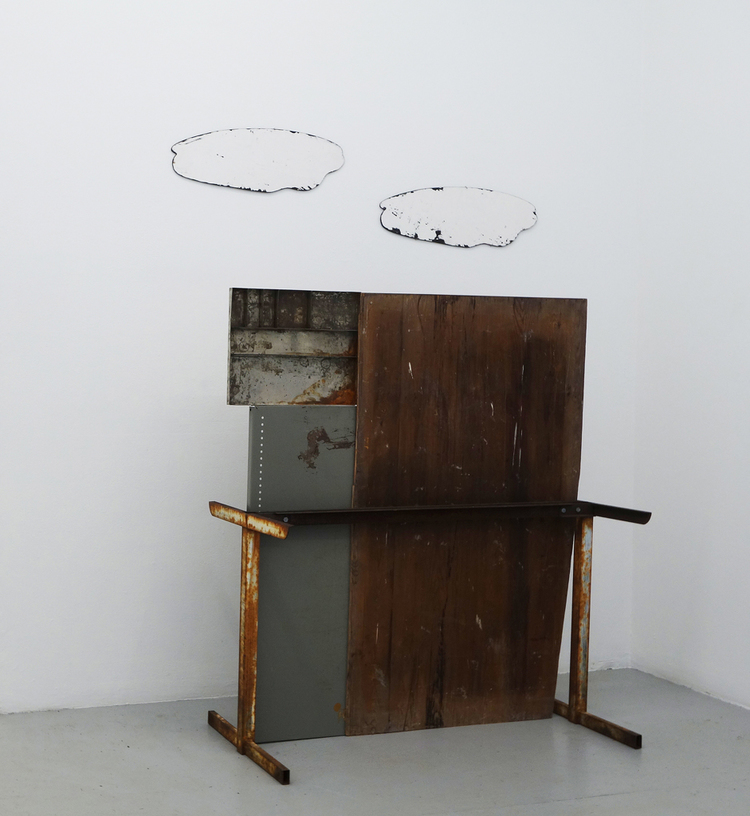 'PLATTA KONSTRUKTIONER OCH FOUND OBJECTS', 2018, ett konstverk av Örjan Wallert