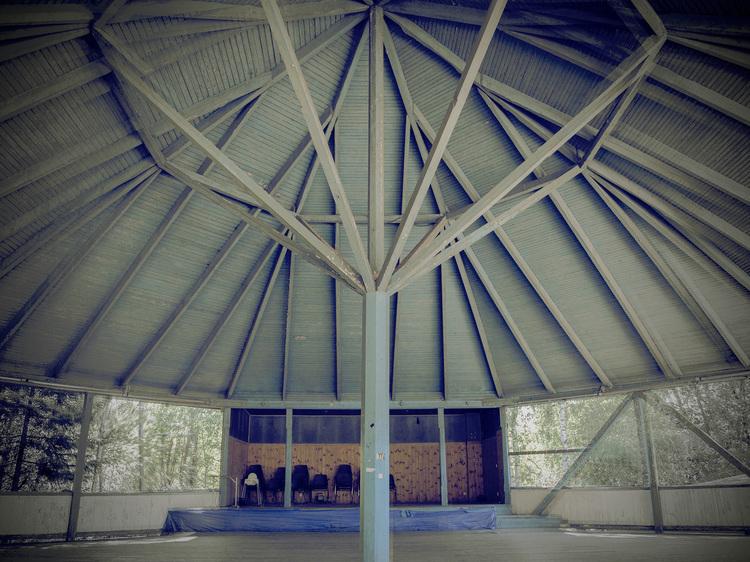 'Scenanvisning, Kärrgruvan Folkpark rotunda', 2019, ett konstverk av Åsa Andersson Broms